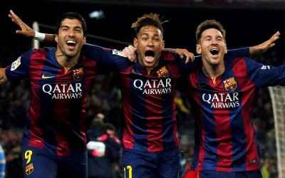 (L-R) Barcelona's Luis Suarez, Neymar and Lionel Messi celebrate a goal against Atletico Madrid during their Spanish First Division soccer match at Camp Nou stadium in Barcelona January 11, 2015.  REUTERS/Albert Gea (SPAIN - Tags: SPORT SOCCER TPX IMAGES OF THE DAY)